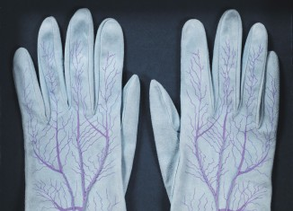 Meret Oppenheim, Gants (paire) / Handschuhe (Paar), 1985 (1942-45). Daim de chèvre sérigraphié ; 150 ex. + 12 H.C. ; édition Parkett n° 4 ; 22 x 8,5 cm. Courtesy Galerie Levy, Hambourg. Photo : Dirk Masbaum. © Adagp Paris, 2014.