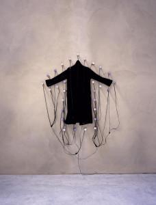 Le Manteau, 1986 © Christian Boltanski