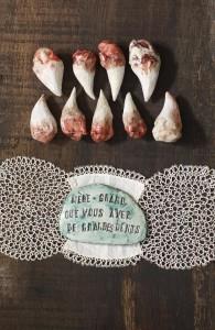 Mère - Grand que vous avez de grandes dents, 2009, Ensemble de 10 pièces uniques en céramique émaillée © Nathalie Lété