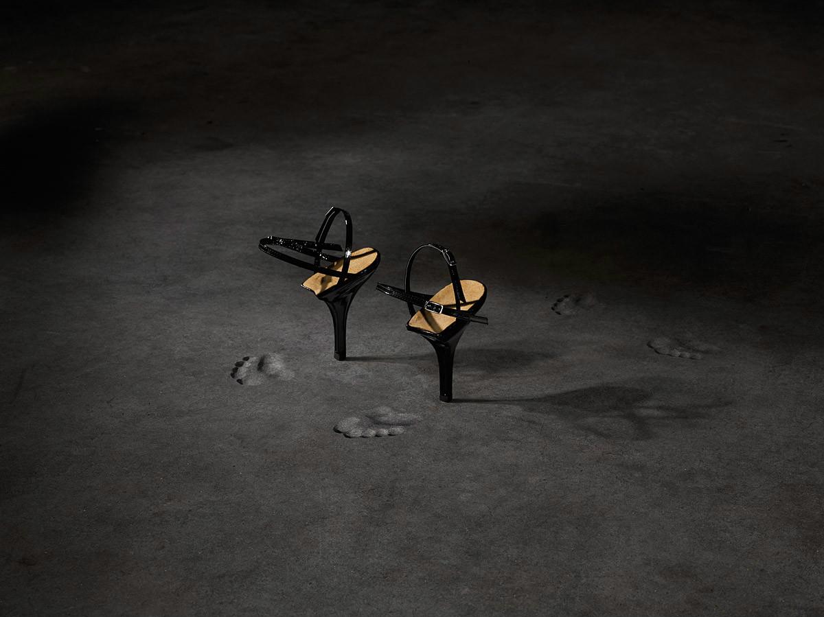 Jurgi Persoons, P/E 1997, chaussure uniquement composée par un talon en bois et cuir vernis. Le talon est inspirée d'un talon d'une sandale des années 1950. Photo: MoMu/ Frédéric Uyttenhove