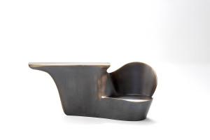 Oudjat, Console - siège d'entrée, Laiton patiné, Edition de 8 + 4, H 88 x 209 x 58 cm,  Photo: © Karima Hajji