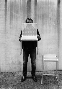Portrait de Xavier Lust avec les chaises Oxo, Chair & barstools Family, Photo: © Kristalia