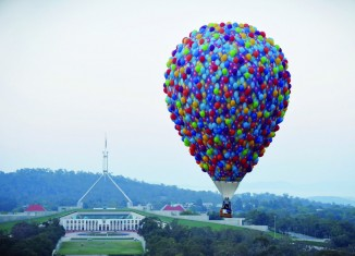Gonflé ! ©metro.co.uk - A hot air balloon flies near Australia's Parliament House in Canberra, March 14, 2016 on the 30th anniversary of Canberra's Balloon Spectacular festival.