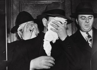 Henri Rosen et Harvey Stemmer arrêtés au Collège de Brooklyn pour avoir corrompu des joueurs de Basket, New York, 25 juillet 1945.