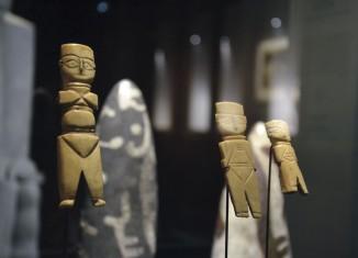 Poupées, égypte, vii-ixe s. Os sculpté et gravé. Musée du Louvre © Simon Castel, IMA-Tourcoing