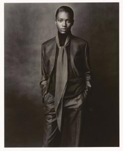 Hermès A/H 2001-2002 Veste sans col et pantalon en cachemire et soie, pull col haut en cachemire et soie, 'Losange' en crêpe de soie, Le Monde d'Hermès, Photo: Ralph Mecke