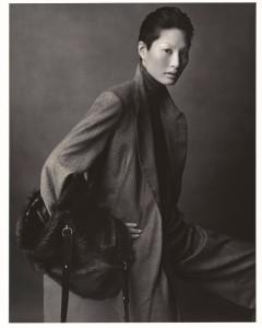 Hermès A/H 2001-2002 Veste croisée et pantalon en laine, pull col haut sans manches en cachemire et manchon en chevreau et agneau plume, Le Monde d'Hermès, Photo: Ralph Mecke