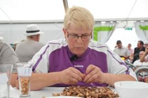 Nicole Vanzinghel, 10 fois championne du monde : déshabille 186 grammes en 10 minutes.