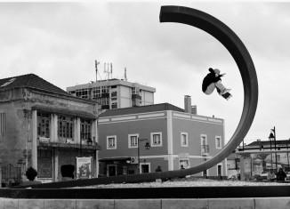 Silas Baxter Neal sur une sculpture de Zulmiro de Carvalho, photo : Dave Chami, 2012, Lisbonne