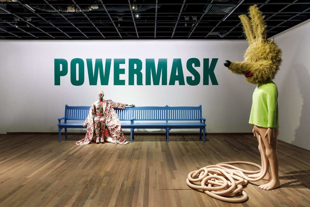 Vue d'exposition : Spaghetti Man de Paul McCarthy et  silhouette de mode signée Richard Quinn. © Aad Hoogendoorn