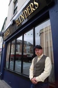 Jamie Devon, créateur et propriétaire du Peaky Blinders Bar & Grill à Paignton, Devon. Son arrière-grand-père faisait partie du gang
