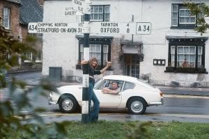 Sur-le-chemin-de-Blenheim-Palace,-1969,-Jane-fait-du-stop-près-d'Oxford,-Serge-est-dans-la-voiture-derrière-©-Andrew-Birkin