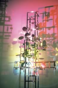 Nicolas Schöffer, Chronos 8, 1967. Acier inox poli, miroir, moteurs, combinateurs, circuits électriques, plateau tournant ; 308 x 125 x 130 cm. Collection Éléonore de Lavandeyra-Schöffer. Photo : N. Dewitte / LaM. © Adagp, Paris - Éléonore de Lavandeyra-Schöffer, 2018