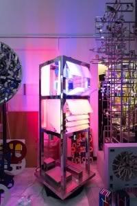 Vue de l'ancien atelier de Nicolas Schöffer à Paris en 2017. Au centre : Chronos 13, 1968. Collection Éléonore de Lavandeyra-Schöffer. Photo : N. Dewitte / LaM. © Adagp, Paris - Éléonore de Lavandeyra- Schöffer, 2018