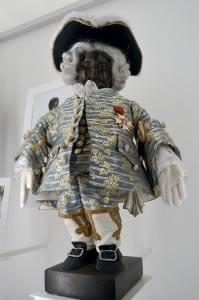 Habit de cour Louis XV Le plus ancien costume conservé, cousu de fil d'or et d'argent. En 1747, des soldats français volent la statuette qui est rapidement retrouvée. Pour s'excuser, le roi offre ce costume à Manneken-Pis et lui décerne le titre de chevalier de l'Ordre de Saint-Louis.