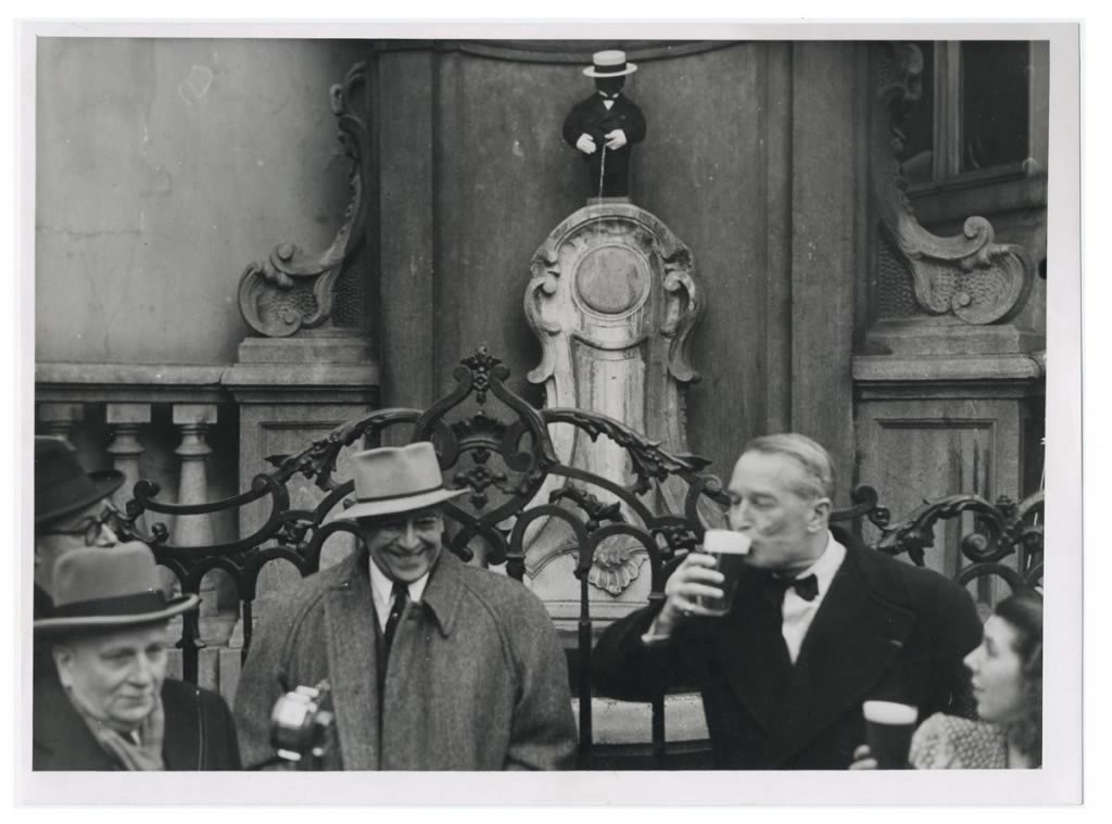 Maurice Chevalier (1888-1972) remet en personne à Mannken-Pis en 1949 une copie de son costume et de son célèbre canotier. Cette légende de la chanson populaire française a composé l'hymne de Manneken-Pis, Petit gars de Bruxelles.