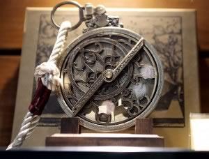 """L'astrolabe (ou """"preneur d'étoiles""""), outil fétiche de Michel de Nostredame."""