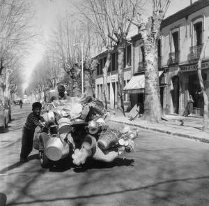 Pierre Bourdieu, Vendeur de rue avec son fils, Orléansville, Chélif, R 14. Archive Pierre Bourdieu, Images d'Algérie, 1958 – 1961. © Pierre Bourdieu / Fondation Bourdieu, St. Gall. Courtesy Camera Austria, Graz.
