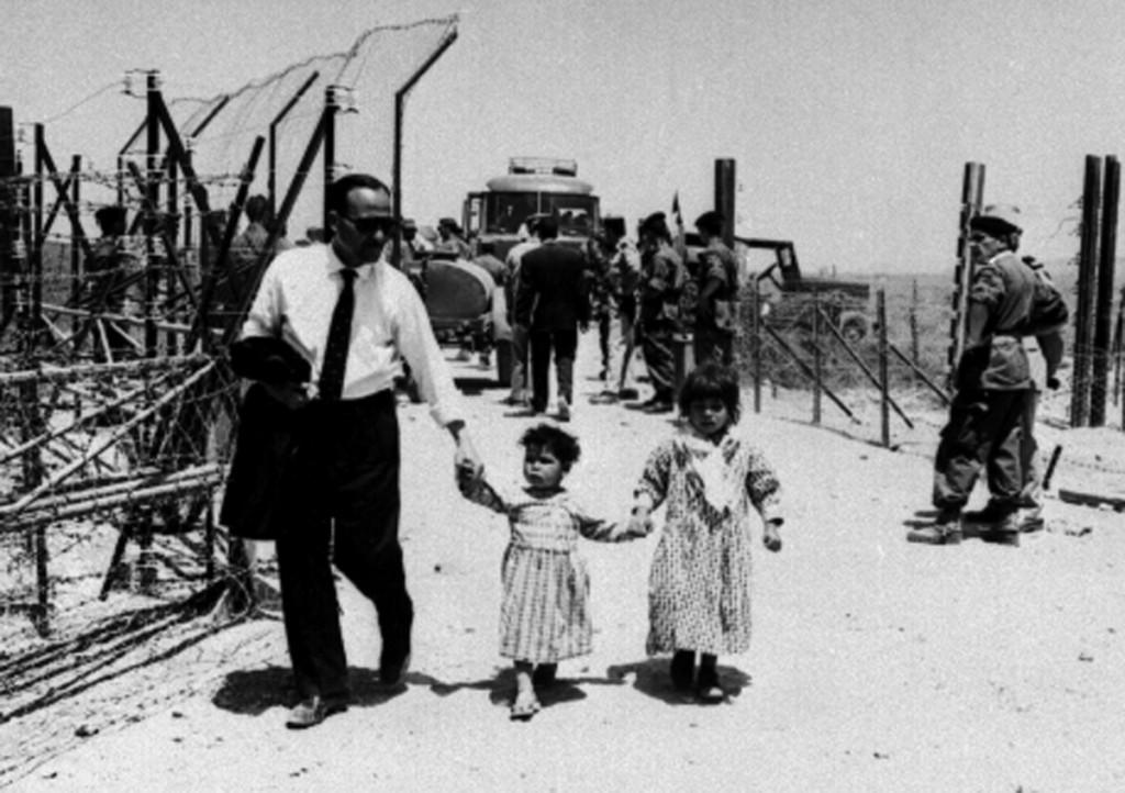Retour des réfugiés vers l'Algérie, à la frontière tunisienne, en 1962 (c) M. Kouaci