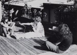 Anonyme, Delphine Seyrig, Maria Schneider et Carole Roussopoulos pendant le tournage de Sois belle et tais-toi, 1975. Archives Seyrig. © Duncan Youngerman
