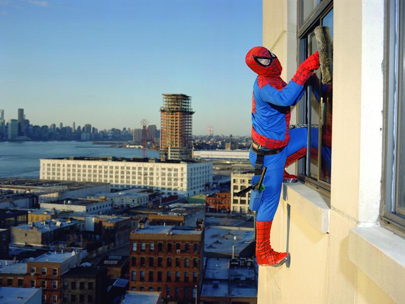 Spiderman Bernabe Mendez de l'état de Guerrero est laveur de vitres. Il envoie 500 dollars par mois au Mexique.