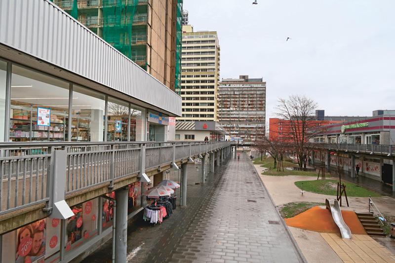 Galerie marchande, cernée par des immeubles vides (Hochhausscheiben), Halle-Neustadt, janvier 2019. Photo © Nicolas Offenstadt / Albin Michel