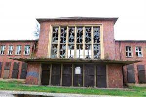 """Vue sur l'entrée de la gare fermée de la Schwarze Pumpe, août 2014. La """"Pompe noire"""" fut le plus grand ensemble de traitement de lignite (charbon naturel) au monde. Elle fut érigée au coeur de la Lusace, dans les années 1950."""