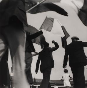 Ré Soupault Délégation de grévistes à la fête de la victoire du Front populaire, le 14 juin 1936 Épreuve gélatino-argentique Centre Pompidou, Paris © Centre Pompidou, MNAM-CCI/ Georges Meguerditchian/Dist. RMN-GP © Adagp, Paris 2018