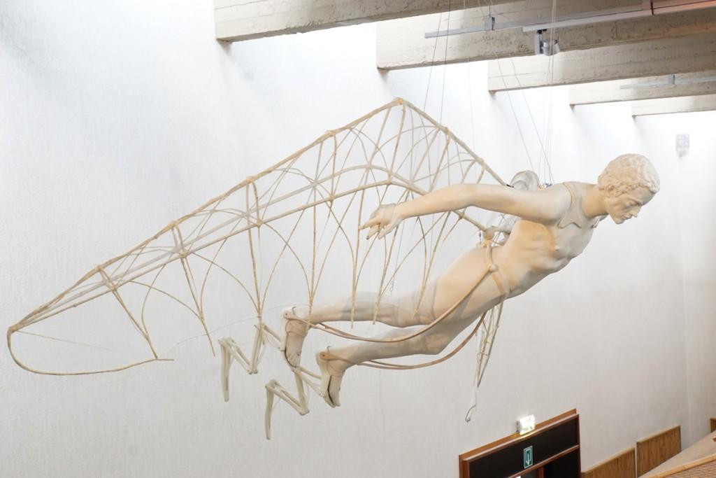 Vue d'exposition, Luc Schuiten, Sautraile, mannequin appareillé, prototype, 270 x 200 x40 cm © photo Julien Damien