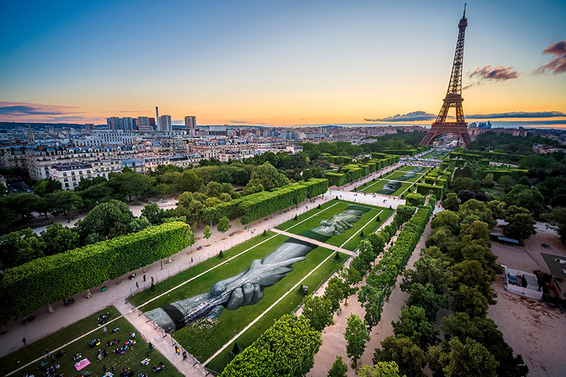 Beyond Walls, Step 1 : Paris, Champ de Mars, juin 2019 © photo Valentin Flauraud pour Saype