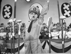 Le Dictateur, Hynkel s'adresse au peuple de la Tomainie © Avec la courtoisie de Roy Export Co. Ltd.