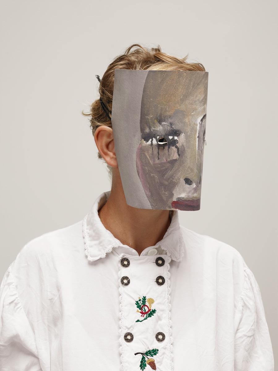 Laure Prouvost, portrait masqué © Photo by Gene Pittman, courtesy Walker Art Center, Minneapolis