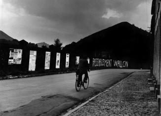« Rassemblement wallon », de la série Pays noir, 1968-1970 © Yves Auquier