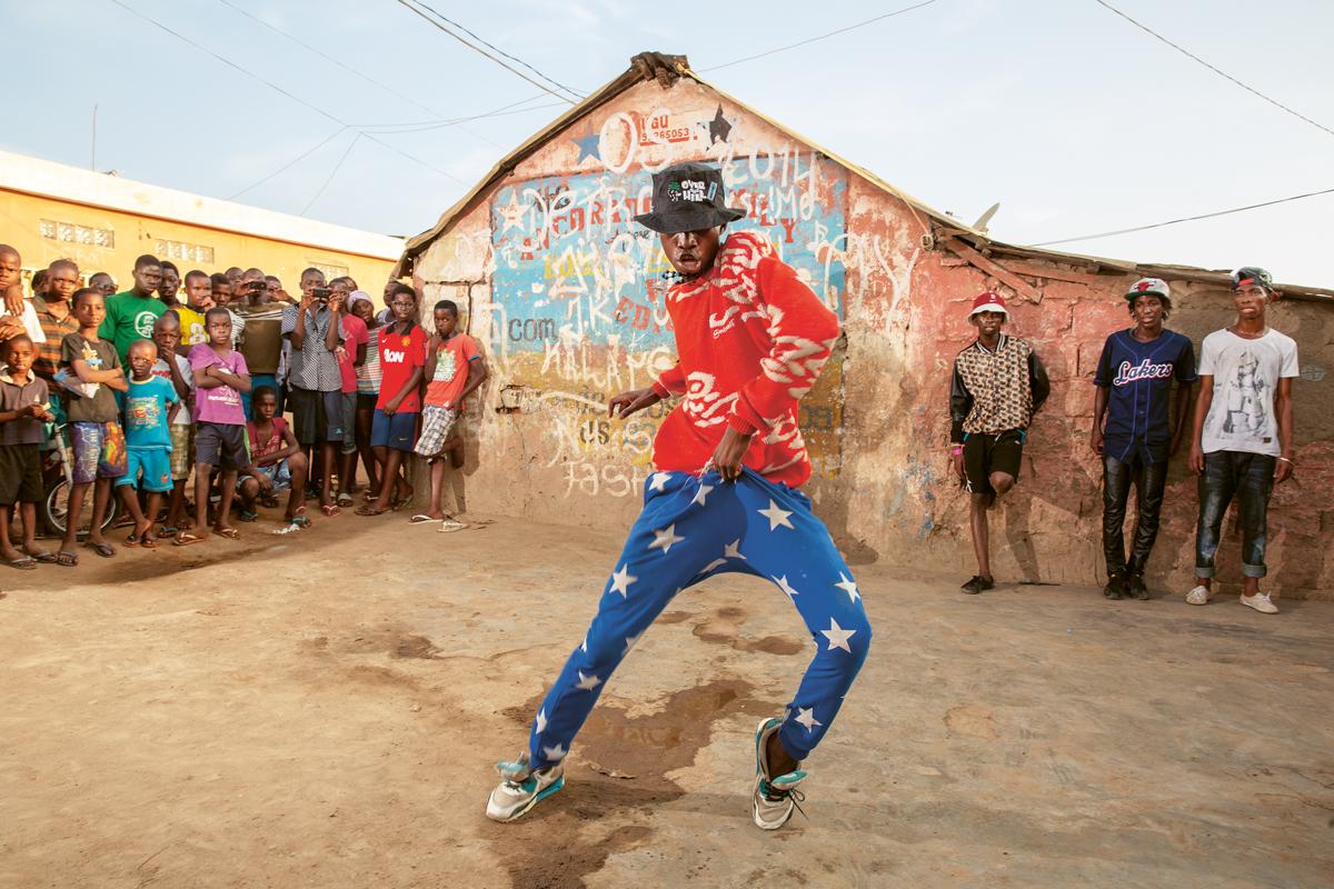 Kuduro fans performing in the neighbourhood of Sambizanga, Luanda, 2015 © Anita Baumann